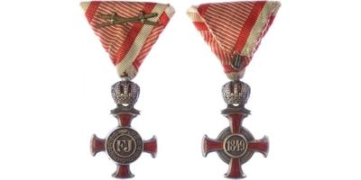 Záslužný kříž, stříbrný s korunkou na vojenské stuze, stříbro, smalty, var. smalt v k