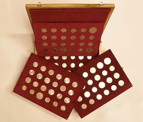 Luxusní dřevěná etue na soubor pamětních mincí 1954 - 1993