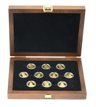 Sada 10 stříbrných medailí b.l. - Čeští svatí v dílech mistrů, orginální dřevěná etue