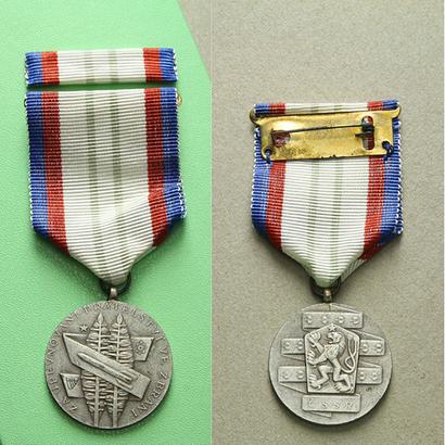 Medaile Za upevňování přátelství ve zbrani, II. třída, VM.55-II, dvě stužky,pův. etue